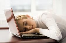 девушка спит на ноутбуке