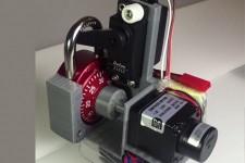Робот взламывает кодовый замок